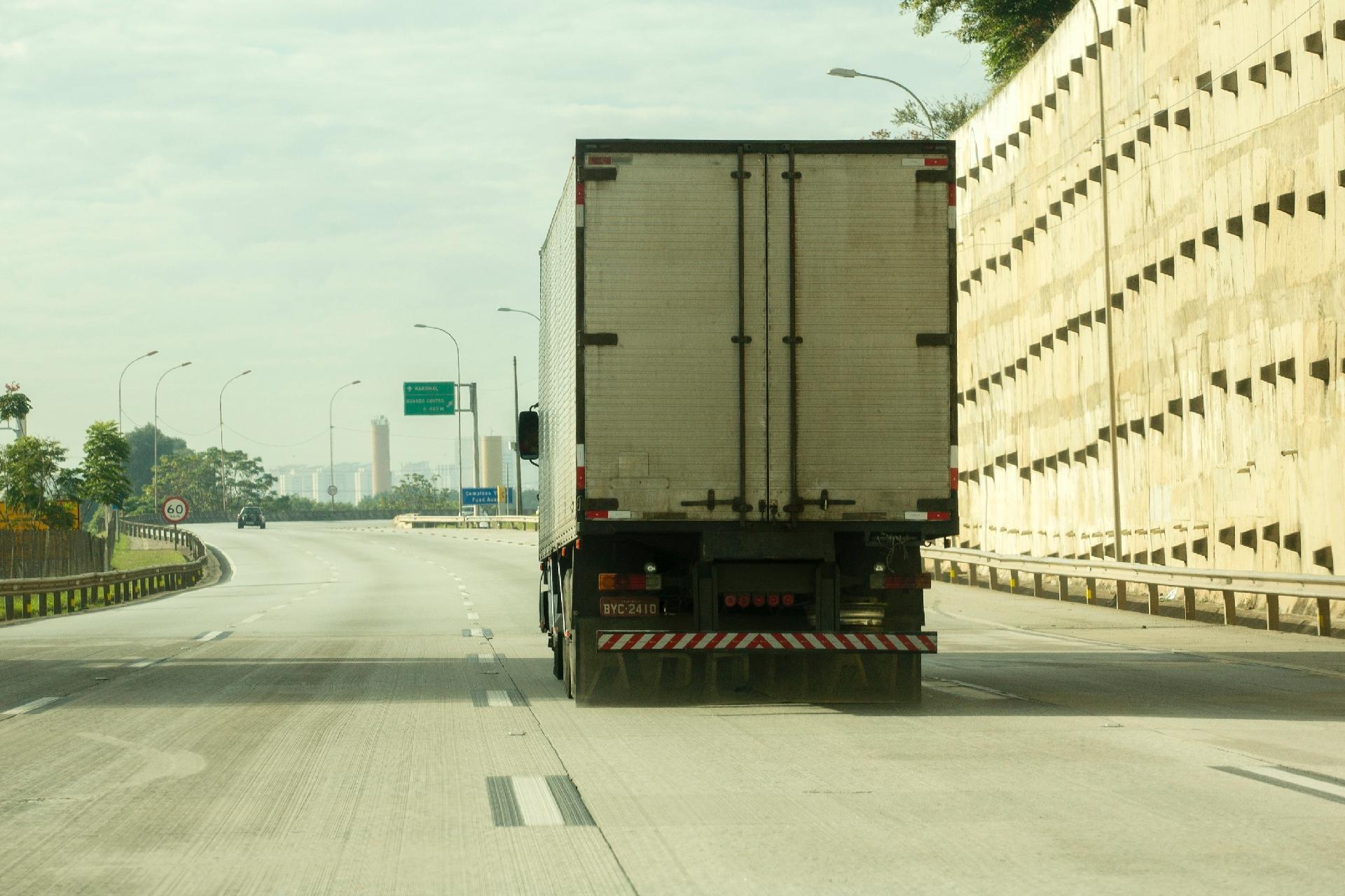 Resultado de imagem para Bolsonaro suspende tabela de fretes rodoviários após ameaça de greve de caminhoneiros