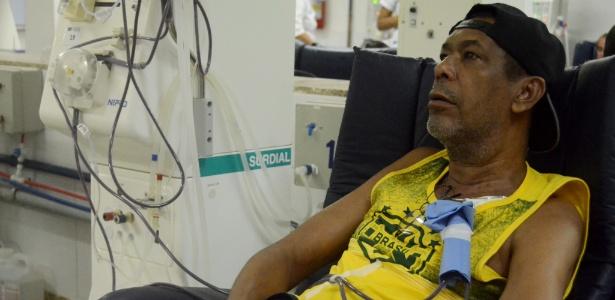 Jadson Oliveira dos Santos, 60, tem problemas todo mês para retirar medicamentos na rede pública - Beto Macário/UOL