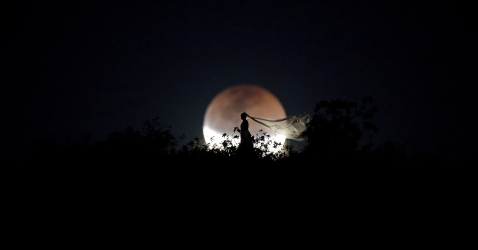 27.jul.18 - Noiva posa para fotos diante da lua de sangue em Brasília (DF)