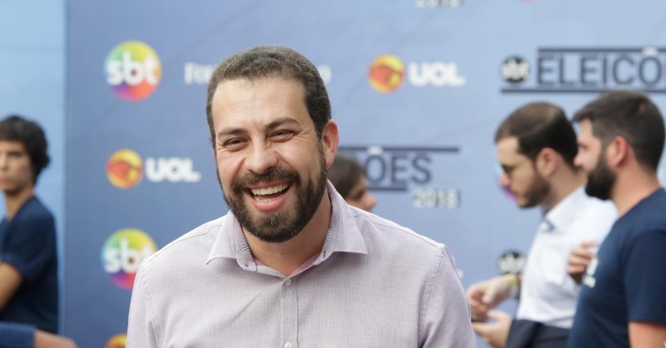 Guilherme Boulos (Psol) conversa com repórteres antes do início do evento