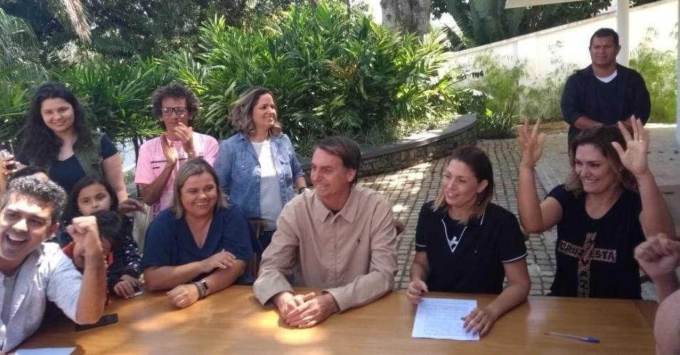 21.out.2018 - Jair Bolsonaro (PSL) assina termo de compromisso com a comunidade surda do Brasil