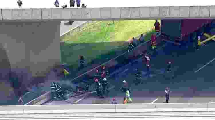 Helicóptero cai sobre caminhão na rodovia Anhanguera - Reprodução/Globo News