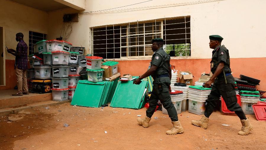 Policiais entram em sessão eleitoral na cidade de Yola, na Nigéria - Nyancho NwaNri/Reuters