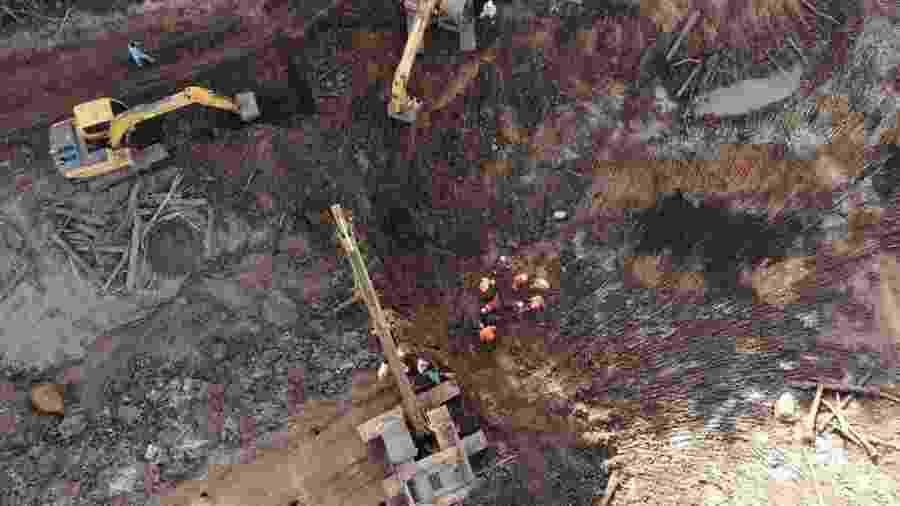 Bombeiros trabalham na área onde corpo quase intacto foi encontrado ontem em meio ao rejeito em Brumadinho (MG) - Divulgação/CBMMG