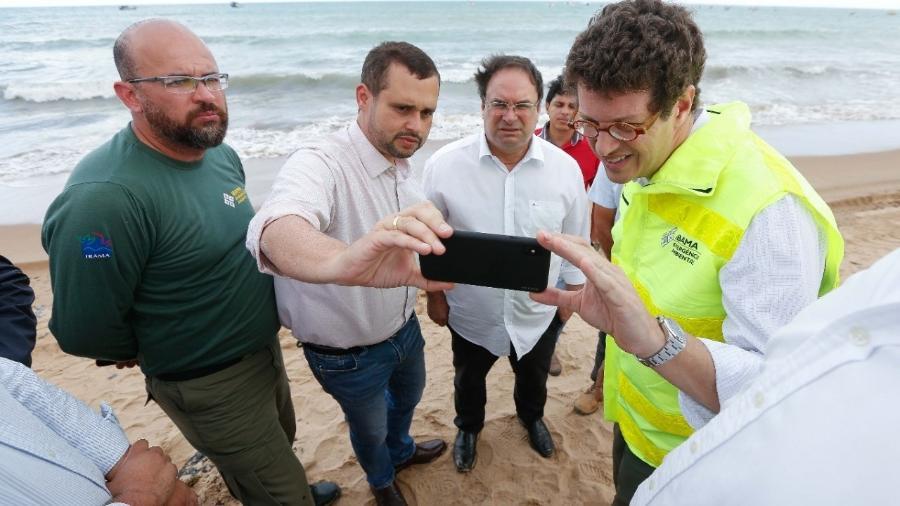 Ministro Ricardo Salles participa de vistoria na praia de Japaratinga, em Alagoas, afetada por mancha gigante de óleo - Felipe Brasil/Instituto do Meio Ambiente de Alagoas / Divulgação