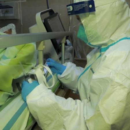 Médico atende paciente com pneumonia causada por novo coronavírus no hospital da Universidade de Wuhan -