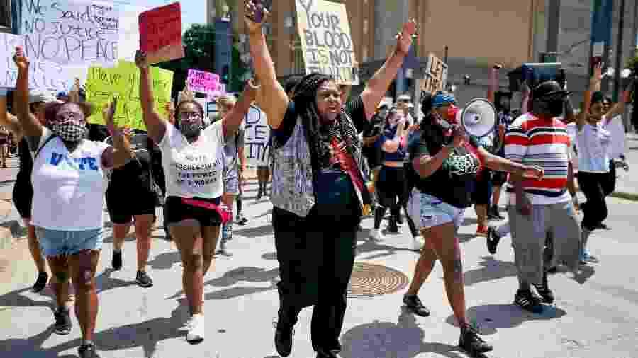 Pessoas protestam em Dallas, no Texas, contra o racismo e a violência policial após a morte de George Floyd - Getty Images