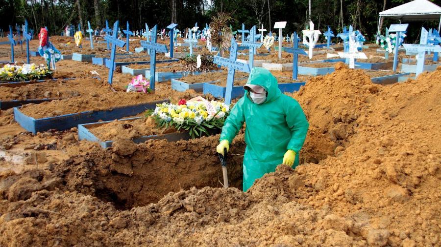 Cova é aberta em cemitério de Manaus; Brasil chegou a 64.867 mortes e tem mais de 1,6 milhão de casos - Altemar Alcantara/Semcom