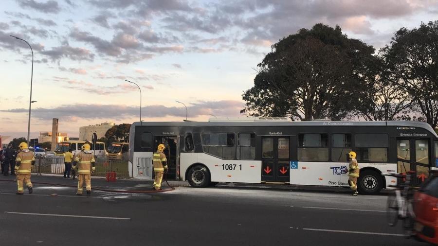 Corpo de Bombeiros é chamado para apagar incêndio em ônibus em frente ao Palácio do Planalto - Hanrrikson de Andrade/UOL