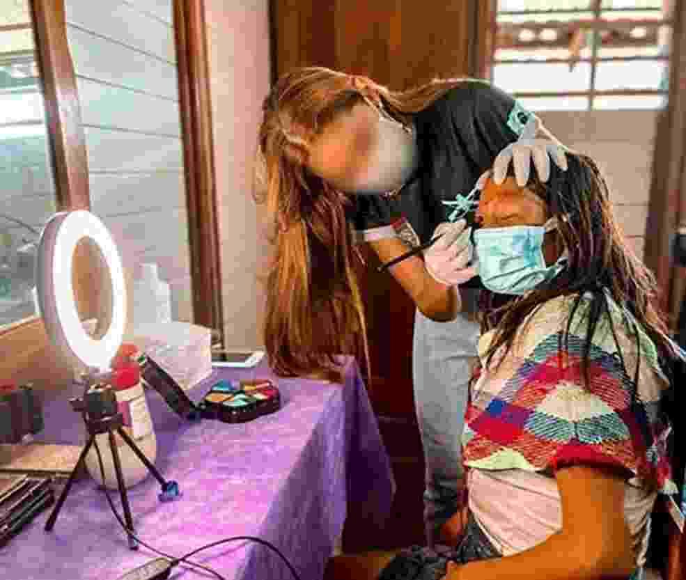 Mulheres de militares aplicaram maquiagem em índias Yanomami durante visita - Reprodução/Instagram