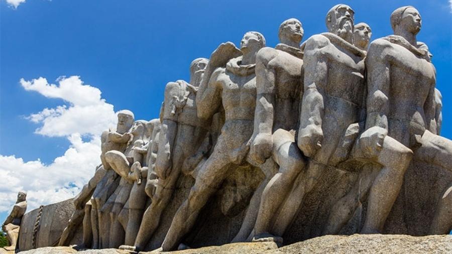 O Monumento às Bandeiras, de Victor Brecheret, está localizado no Parque Ibirapuera, em São Paulo, e representa os bandeirantes que desbravaram o país no período colonial. Pode-se observar portugueses, negros, mamelucos e índios puxando uma canoa de monções. Foi inaugurada durante as comemorações do 4º Centenário da cidade de São Paulo, em 1953 - Divulgação