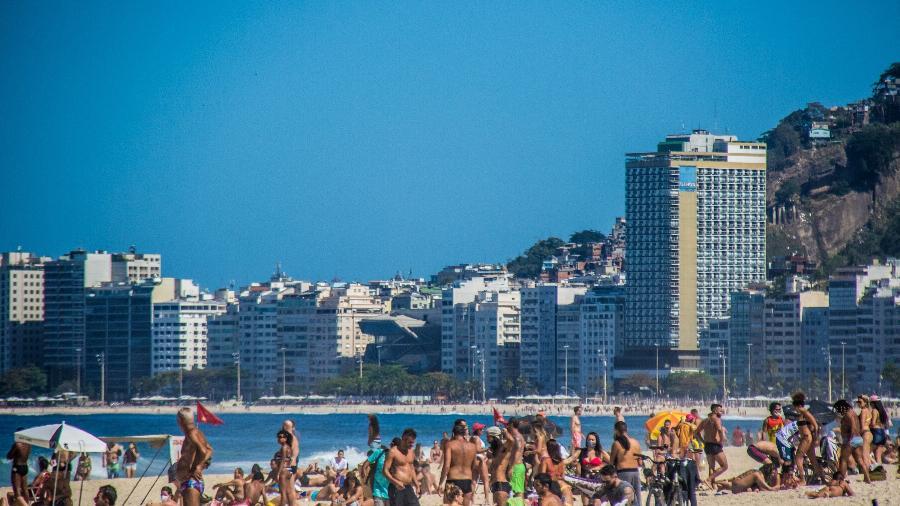 02.ago.2020 - Movimento na praia do Leme, na zona sul do Rio de Janeiro. A Fase 5 de flexibilização de atividades econômicas no Rio começou neste final de semana com a liberação do banho de mar e do trabalho restrito de ambulantes. A permanência de banhistas na areia segue proibida - ELLAN LUSTOSA/CÓDIGO19/ESTADÃO CONTEÚDO