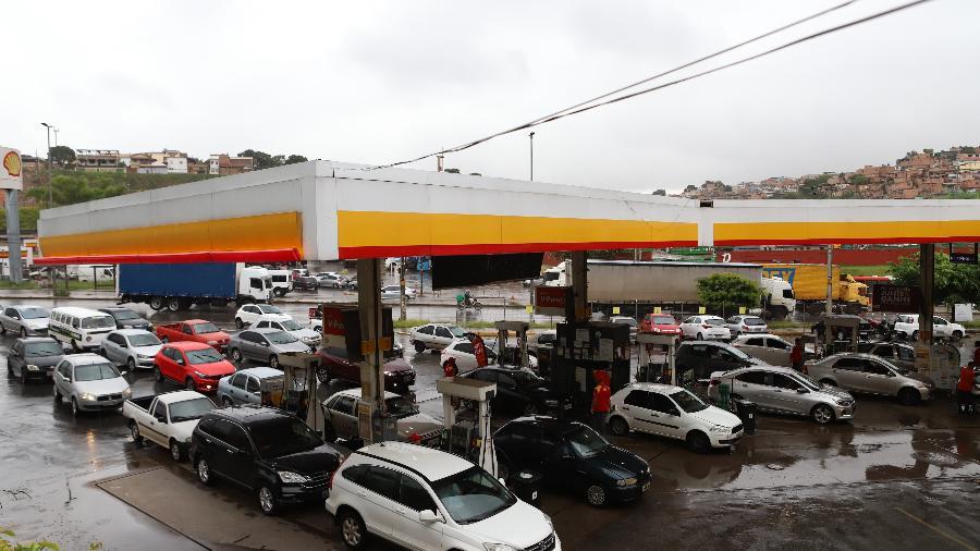 Moristas fazem fila em posto de gasolina em Belo Horizonte no primeiro dia de paralisação dos caminhoneiros que transportam combustíveis em protesto pela alta dos preços - RAMON BITENCOURT/ESTADÃO CONTEÚDO