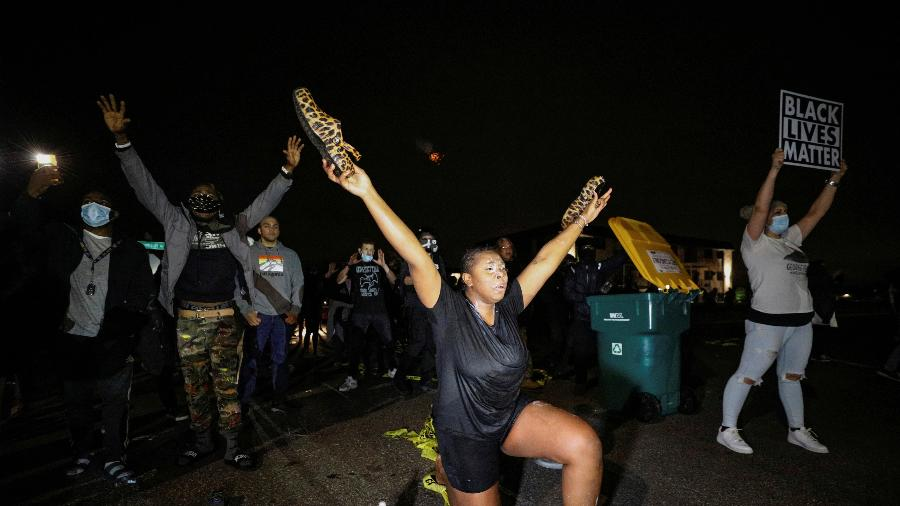 11.abr.2021 - Manifestantes protestam contra morte de Daunte Wright, em Brooklyn Center, Minnesota, EUA - Nick Pfosi/Reuters