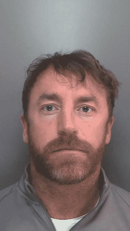 Carl Stewart, 39, teve as impressões digitais identificadas após a polícia analisar uma foto postada em um bate-papo online - Divulgação/Polícia de Merseyside - Divulgação/Polícia de Merseyside