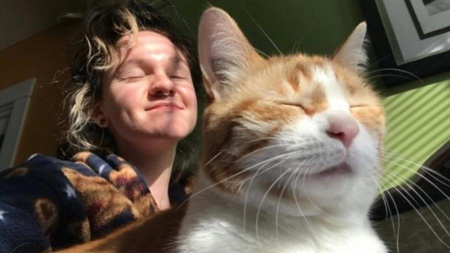 Desirée Hobbins e seu gato Zeppy - Reprodução/Desirée Hobbins