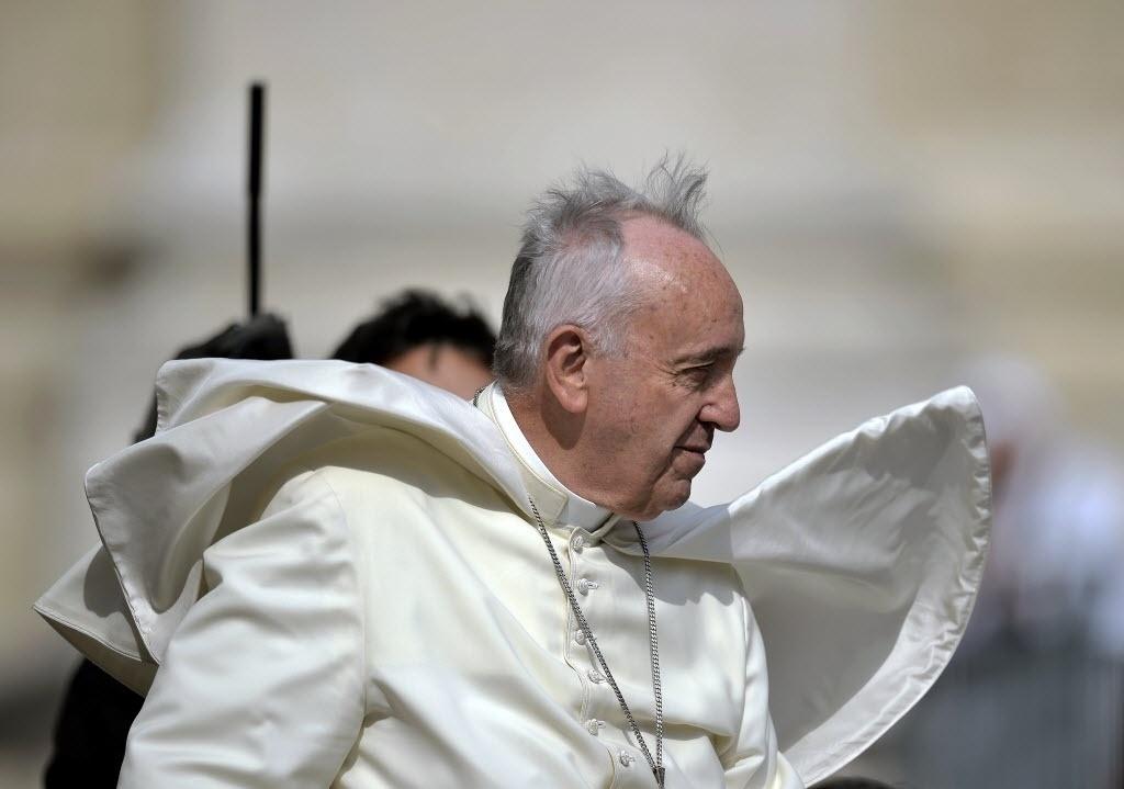 24.jun.2015 - Papa Francisco chega para a audiência semanal na praça de São Pedro, no Vaticano