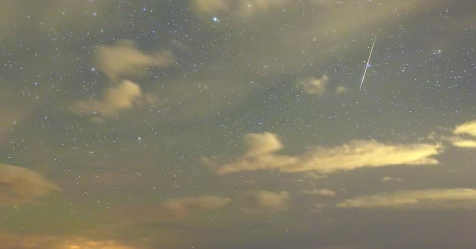 12.ago.2015 - Chuva de meteoros Perseidas ilumina o céu de Cold Creek, em Nevada. (EUA). Observadores do espaço apostam em um belo espetáculo quando uma das mais famosas chuvas anuais de meteoros atingir seu ápice nesta quarta-feira (12). Pela primeira vez desde 2007, a chuva irá coincidir com a ausência de luar - o que favorece as condições de observação