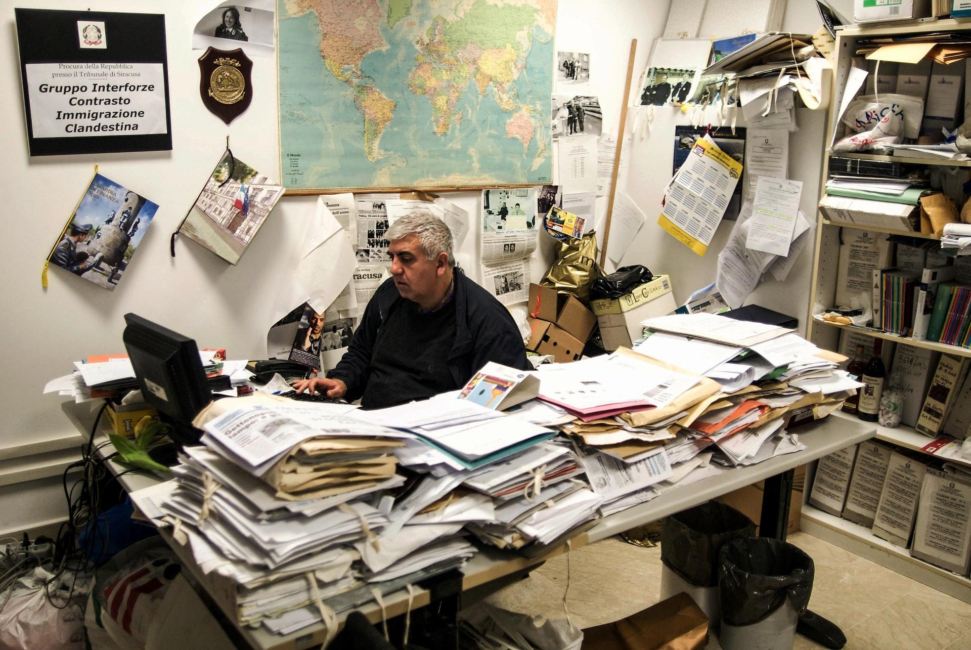 2.out.2015 - O comissário Parini é o responsável pelo grupo de combate à imigração clandestina na Itália, e fica com a sala de seu escritório em Siracusa cheia de documentos