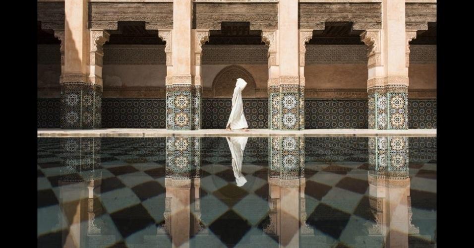 7.out.2015 - Takashi Nakagawa esperou o momento perfeito para conseguir esta foto na mesquista de Ben Youssef, em Marrakech, no Marrocos