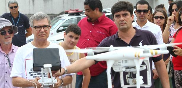 Elias Gomes, prefeito de Jaboatão dos Guararapes (PE), testa drone que passará a ser utilizado para mapear áreas com possíveis focos do mosquito Aedes aegypti