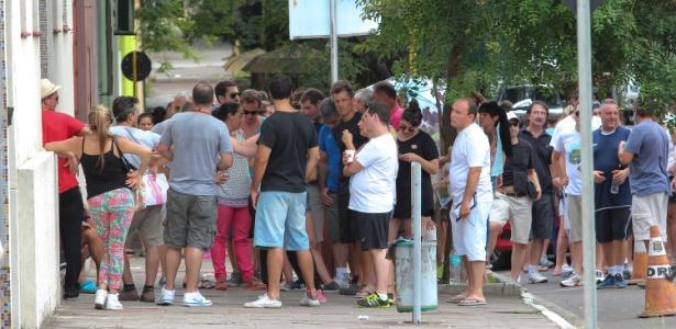 Turistas fazem fila para aguardar atendimento na Polícia Federal de Santana do Livramento (RS)