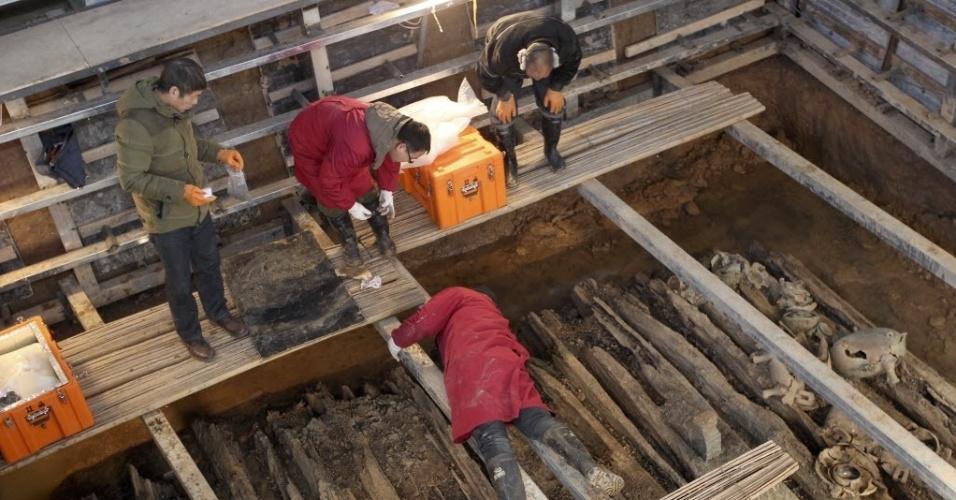 27.jan.2016 - Arqueólogos trabalham em um túmulo no cemitério Luhunrong, em Yichuan County, na China. De acordo com o Instituto Provincial de Relíquias Cultura e Arqueologia, o cemitério tem cerca de 2.600 anos
