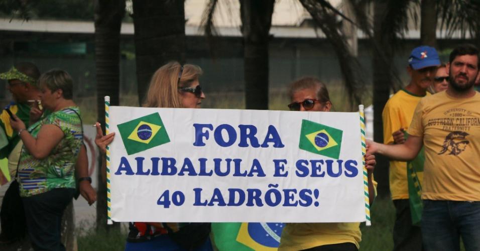 27.jan.2016 - Manifestantes fecharam a pista local da marginal Pinheiros, sentido Castello Branco, em São Paulo, para protestar contra o governo Dilma e pedindo a saída do PT (Partido dos Trabalhadores) do governo