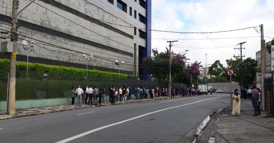 4.mar.2016 - A Polícia Federal suspendeu o atendimento de passaporte em sua sede na zona oeste de São Paulo. Algumas pessoas permaneceram na fila. Segundo a instituição, o serviço de emissão será reestabelecido às 13h e atenderá as pessoas que haviam agendado horário pela manhã