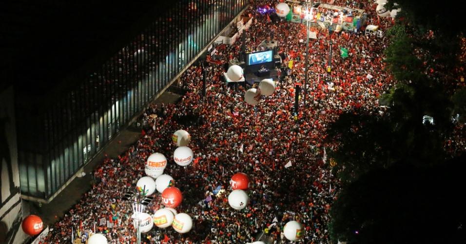 18.mar.2016 - Movimentos sociais, centrais sindicais e apoiadores do Partido dos Trabalhadores realizam um ato político em apoio ao governo da presidente Dilma Rousseff na avenida Paulista, em São Paulo