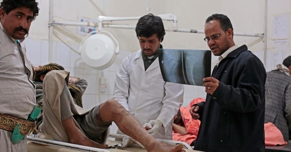 25.mar.2016 - Médicos examinam uma radiografia de um paciente em um hospital dirigido pelo MSF (Médicos Sem Fronteiras), em Amran, no Iêmen. A imagem foi feita pela fotógrafa Rawan Shaif durante viagem por cidades das áreas controladas pelos houthis no norte do Iêmen, entre outubro de 2015 e fevereiro deste ano, para documentar os efeitos da guerra na população. Há exatamente um ano, tiveram início os bombardeios da coalizão árabe contra os houthis, que, segundo a ONU (Organização das Nações Unidas), mataram 3.218 civis e deixaram 5.778 pessoas feridas