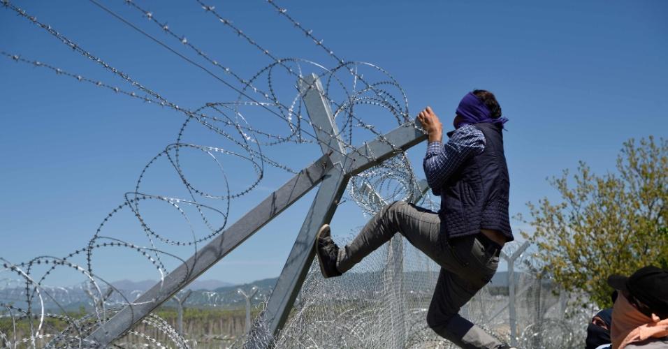 16.abr.2016 - Refugiados tentam ultrapassar cerca na fronteira da Grécia com a Macedônia. Mais de 11 mil pessoas estão paradas na região, na esperança do local ser aberto, dando acesso ao caminho que leva a outros países da Europa