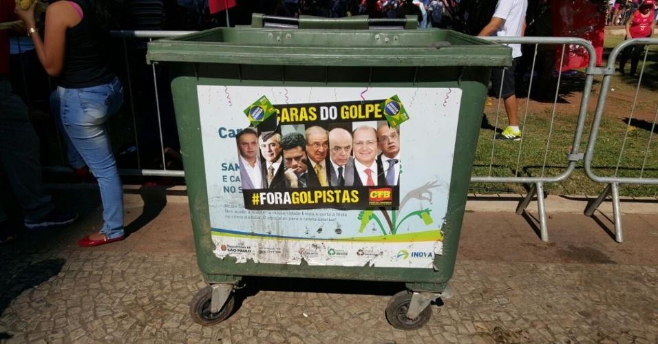"""17.abr.2016 - Manifestantes contrários ao impeachment da presidente Dilma Rousseff (PT) colam adesivo de ataque contra """"as caras do golpe"""" em lixeira do Vale do Anhangabaú, São Paulo (SP)"""