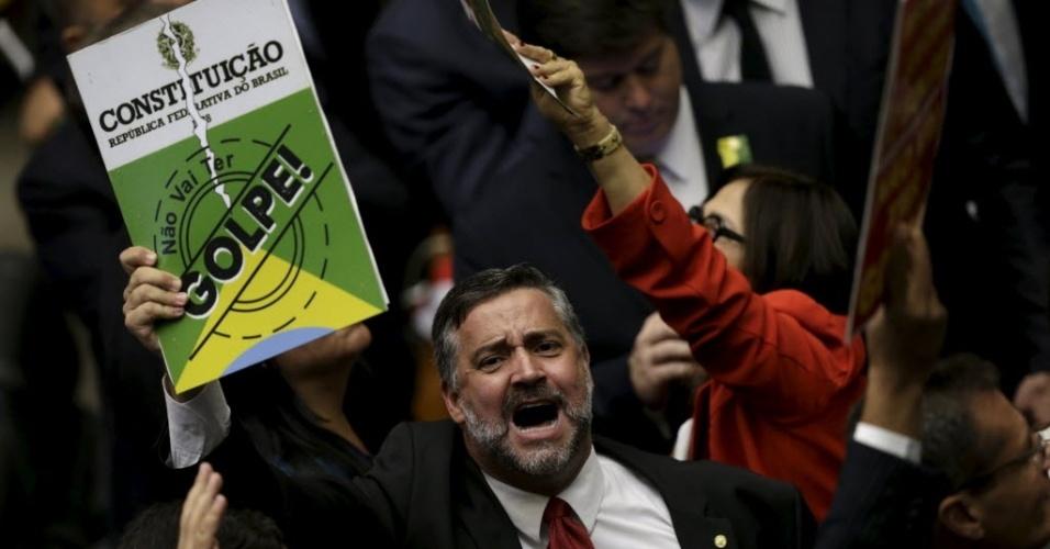 17.abr.2016 - O deputado Paulo Pimenta (PT-RS), contrário ao impeachment da presidente Dilma Rousseff, levanta um exemplar da Constituição brasileira. Apoiadores de Dilma dizem que o afastamento fere a Constituição
