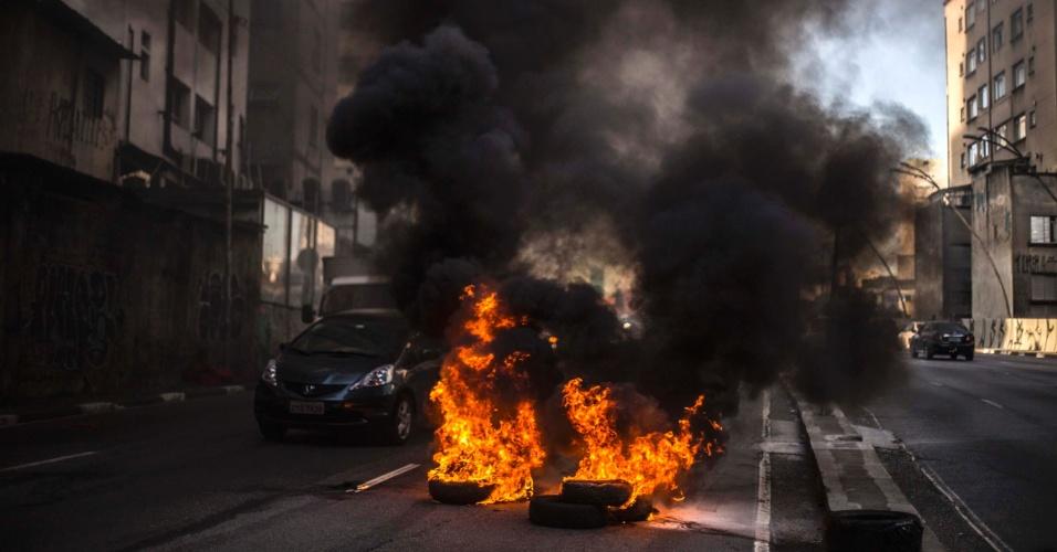 """25.abr.2016 - Grupo denominado """"Núcleo Golpe é Guerra"""" fecha pistas do viaduto Júlio de Mesquita Filho, ligação Leste-Oeste, em São Paulo (SP), com pneus em chamas"""