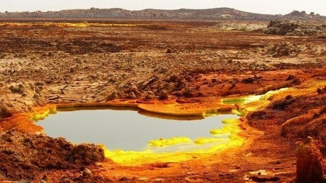 2.mai.2016 - É o lugar mais quente do planeta, e isso não se sente apenas no ambiente externo. Sistema hidrotermal na depressão de Danakil, na África. Depósitos amarelos são uma variedade de sulfatos, e as áreas vermelhas são óxidos de ferro