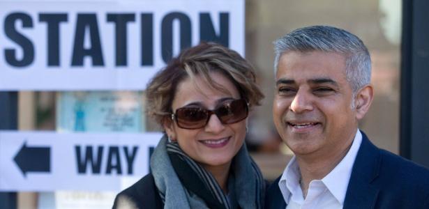 O candidato trabalhista à prefeitura de Londres, Sadiq Khan, e sua mulher, Saadiya, deixam seção eleitoral no sul da capital inglesa