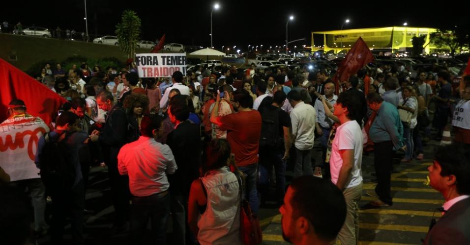 10.mai.2016 - Manifestantes protestam contra o impeachment na presidente Dilma Rousseff do lado de fora do Senado Federal, em Brasília. Os senadores vão votar nesta quarta-feira a admissão do processo na Casa