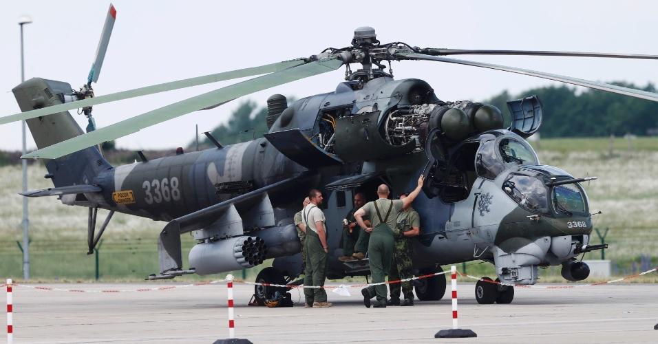 30.mai.2016 - Helicóptero MI24 é preparado para o International Aerospace Exhibition (ILA) Berlin Air Show, na Alemanha