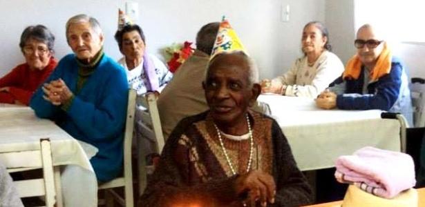 Manuel Antunes de Souza comemorou 110 anos com uma cervejinha e tocando sua gaita