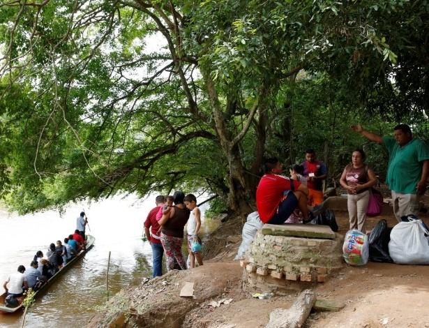 Compradores esperam por sua vez de atravessar de barco até Boca del Grita, perto de Puerto Santander (Colômbia), na fronteira com a Venezuela