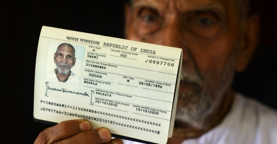 18.ago.2016 - O monge indiano Swami Sivananda, que afirma ter 120 anos, mostra passaporte na casa de um de seus seguidores em Kolkata