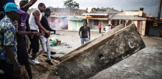 Moradores montam barricada em Libreville, no Gabão