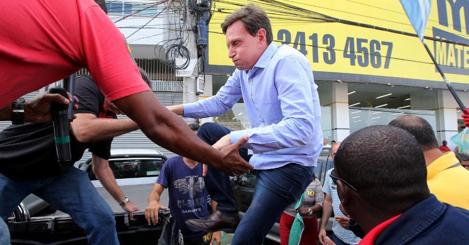 29.out.2016 - O candidato à prefeitura do Rio de Janeiro Marcelo Crivella (PRB) sobe em carro para iniciar seu ultimo dia de campanha em Rio das Pedras, na zona oeste da cidade