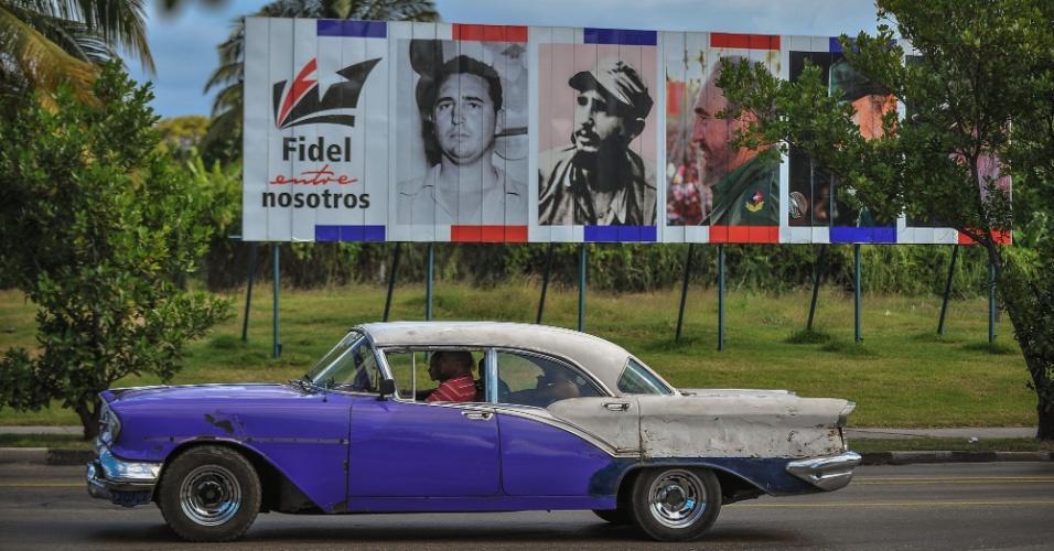 """27.nov.2016 - """"Fidel está entre nós"""", diz um dos outdoors instalados em Havana, dois dias depois do anúncio da morte do ex-presidente Fidel Castro"""