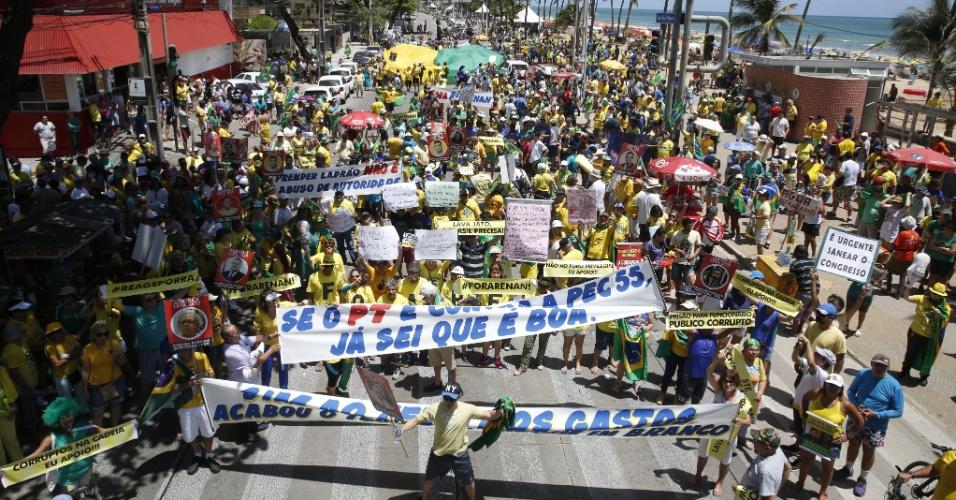 4.dez.2016 - Manifestantes protestam contra a corrupção e em apoio à Operação Lava Jato na avenida Boa Viagem, no Recife
