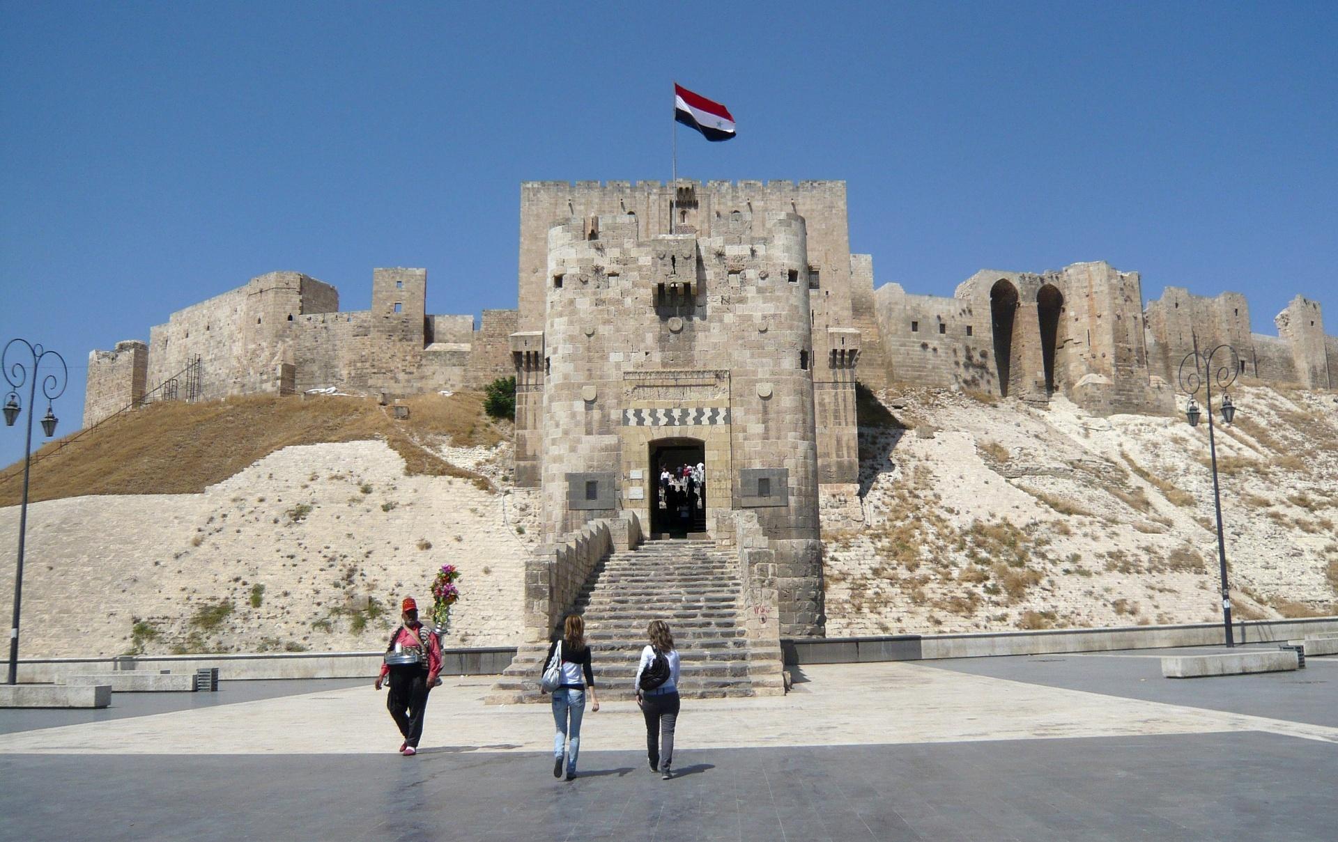 22.dez.2016 - Turistas passeiam pelo centro histórico de Aleppo, na Síria. A imagem foi feita em agosto de 2010. Durante os últimos anos, as lindas muralhas de pedra do local serviram como forte para o exército sírio lutar contra os rebeldes que ocupavam grande parte da Cidade Velha