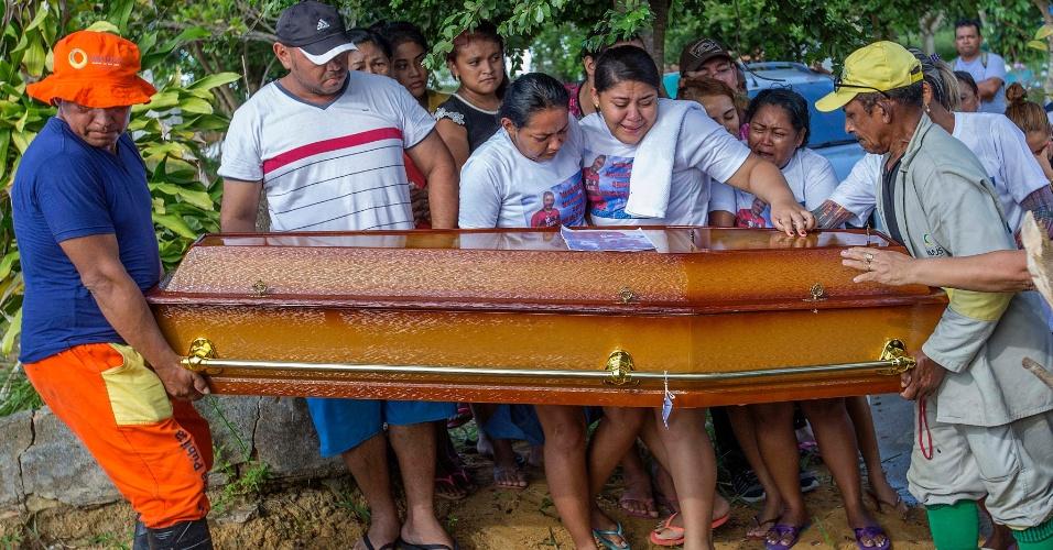 4.jan.2017 - Caixão com corpo de preso morto em rebelião é carregado em sepultamento realizado na quarta-feira (4) no Cemitério Nossa Senhora Aparecida, em Manaus