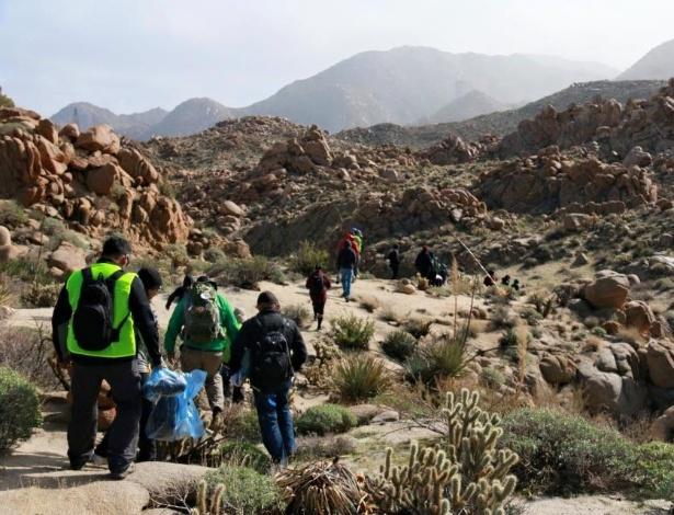 Voluntários da ONG Border Angels levam kits de sobrevivência e água para migrantes no deserto da Califórnia
