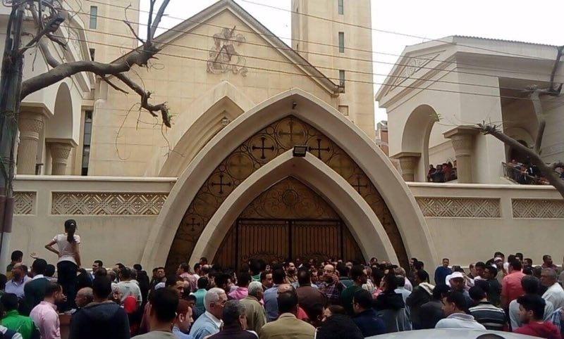 9.abr.2017 - Pessoas se aglomeram junto da entrada da igreja de Tanta, no Egito, para saber notícias da explosão no local